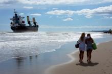 El barco Surrise encallado en la playa de Garrofera