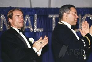 Arnold Schwarzenegger y Colin Powell